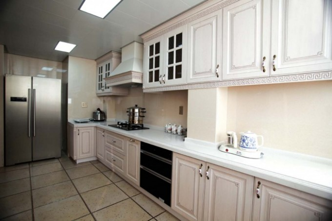 台面和地板占据空间的绝大部分,想要厨房更加耐脏,全封闭式的烤漆箱体