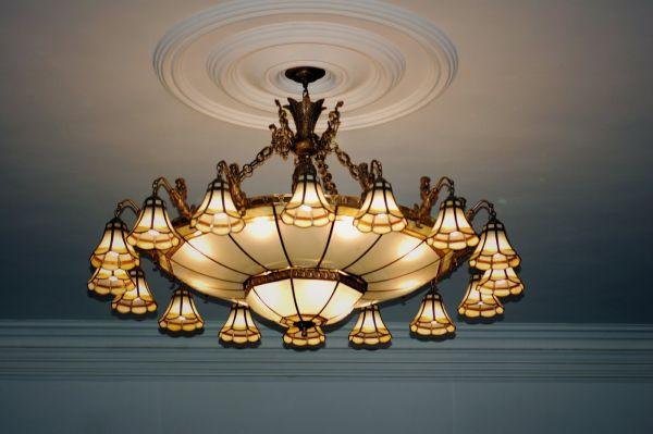 吊灯的花样最多,常用的有欧式烛台吊灯,中式吊灯,水晶吊灯,羊皮纸吊灯