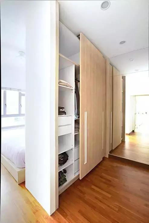家里房间不够而卧室面积又太大,可以试试用衣柜隔断进行分区,无形当中图片