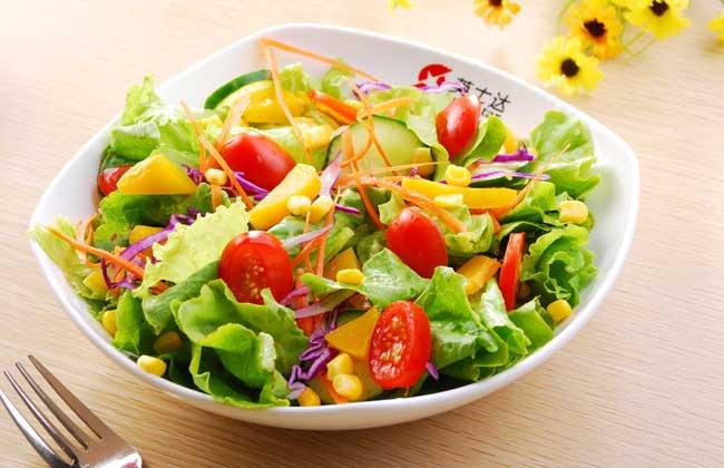 土豆蔬菜沙拉   【材料】土豆、胡萝卜、鲜黄瓜、鸡蛋、精盐、糖、沙拉油、芥末、奶油、味精、辣椒酱、白胡椒。   【做法】将适量土豆、胡萝卜、鲜黄瓜洗净,土豆、胡萝卜去皮煮熟,黄瓜去籽,然后将以上原料切丁。取3个鸡蛋去白留黄放入碗中,放入少许精盐、糖搅匀,再放入100~200克沙拉油,边搅边倒入碗中,搅时顺一个方向,并放入少许醋精、凉开水,一并搅打。一直搅到油、蛋、糖、水融为一体,再加少许芥末粉,即成为蛋黄酱。最后把50克奶油,蛋黄酱和少许味精、精盐、辣椒酱、白胡椒粉撒在备好的菜丁上,调拌均匀即成。