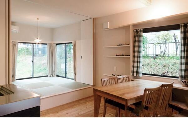 开放式榻榻米卧室介绍       榻榻米起源于中国,可用于床,地毯和沙发.图片