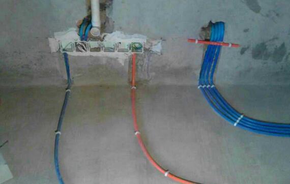 水电安装报价包括管材、线材、布线、施工、开槽、打压实验,而不包括封槽,做防水以及洁具安装,按照实际米数用量计算收费。水路改造不含特殊管件和阀门,配件业主需自己购买。高层钢筋浇注结构每米加3元开槽费,暗合每个加3元。冷热水管全部使用热水管,因业主设计不到位和管道安装后人为损坏的上门维修需要收手工费。   序列水电项目单位/价格备注,说明(包工) 材料一弱电 1暗管每平米/6元弱电线含:电话线、网线、电视线、音响线、音频线、视频线、背景音乐等使用的线材线管:PVC硬质阻燃电工管直径D16线管3弱电(电话、