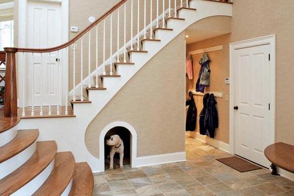 楼梯下的洗手间作为第二个浴室真实超级方便,也方便客人梳洗一番 .