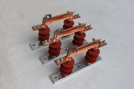 高压隔离开关在结构上与未改进的产品比较具有接触面积大,接触