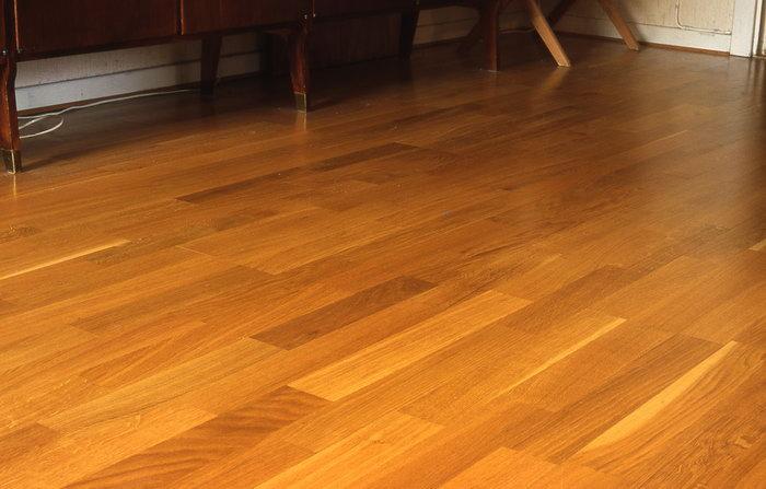 偏红色地板,温馨宁静; 深红色地板,豪华庄重; 原木色地板,高雅