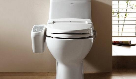 箭牌马桶盖箭牌马桶盖的作用   1、健康防护:马桶在冲水的时候,因为水压的关系,许多细菌可以飞起来,由于人的习惯一般要低头按钮冲水,就是说细菌将以万计热情的向你奔来。   2、减少异味:冲水的时候,盖上盖子,可以有效的减少异味。   3、降低冲水声音:待客,或其他不便的情况下,盖上马桶盖,可以有效降低冲水的声音。   4、有效避免穿插感染:由于做到了马桶垫上的便洁套,一人一换,因而可以完整防止马桶使用者之间传染病的互相感染。有效避免因蹲踩盖板而感染皮肤病、性病或摔倒摔伤所引发的不测招致的纠葛.