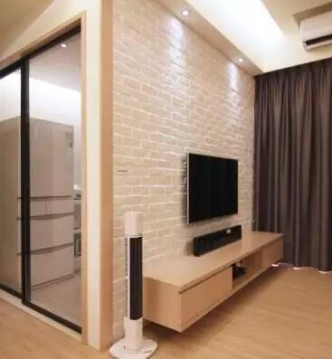 纯色电视背景墙,简单的两块隔板就可以放很多东西,电视下一个小柜子