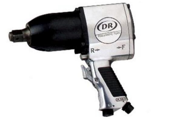 气动扳手(Impact wrench),也称为是棘轮板手及电动工具总合体,主要是一种以最小的消耗提供高扭矩输出的工具。今天买购网小编主为为您介绍气动扳手型号,气动扳手原理和结构图,一起来了解下吧。    一、气动板手简介   气动扳手(Impact wrench),也称为是棘轮板手及电动工具总合体,主要是一种以最小的消耗提供高扭矩输出的工具。它通过持续的动力源让一个具有一定质量的物体加速旋转,然后瞬间撞向出力轴,从而可以获得比较大的力矩输出。   压缩空气是最常见的动力源,不过也有使用电动或液压的,近