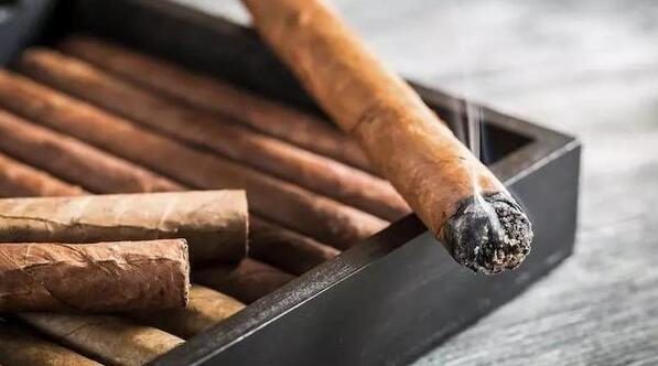 雪茄为什么要剪开?当您拿到一根雪茄的时候要如何品吸呢?先让我们来看下雪茄的构造:我们在茄帽品吸雪茄,茄脚点燃雪茄。而完整的尚未品吸的雪茄,其茄帽是被包裹着的,这就需要我们用剪刀把茄头剪开。雪茄剪哪头呢?本文手把手教您剪雪茄。    雪茄为什么要剪   因为好的雪茄包装后,一头是被烟叶封死的,抽之前要剪开才能通气。雪茄保存要注意有适当的湿度,如果太干的话会开裂,因此好的雪茄要用保湿柜收藏,但烟叶太湿的话,点燃后烟会很烫,因此要先烘干一下。通常,手工雪茄有封口,需要剪口才能抽。机制雪茄不用剪。   雪茄剪
