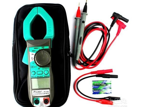 由于钳形万用表不需断开线路即可测量线路电流或电压的特点,很受电工们的欢迎,但如果不掌握好钳形万用表使用方法,就容易造成仪表损坏。下面简单介绍钳形万用表使用方法供大家参考。    由于钳形万用表不需断开线路即可测量线路电流或电压的特点,很受电工们的欢迎,但如果不掌握好钳形万用表使用方法,就容易造成仪表损坏。为了保证安全正确的使用钳形万用表,小编整理了钳形万用表使用方法以及相应的注意事项以供参考。   钳形万用表使用原理   钳型万用表的表头是电流互感器的一种。载流导线是电流互感器的一次线圈,经变换后,转