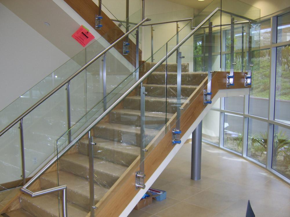 打孔加工费,木质扶手和护栏结构部分为150-180元(含油漆),玻璃安装另图片