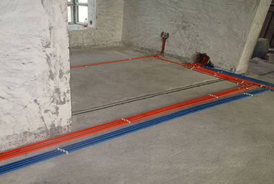 >>前期   一、测量施工现场,以房主安装的水电设施确定施工的工程量,做出合理的报价。   二、签订水电施工合同书;尽量明细,以保证双方的利益;   三、进入施工现场,打出水平线,确定地坪位置;   四、以房主的要求为标准,确定水电设施的准确位置,施工开槽前做出;在施工前定好位置,施工后不再改动或添加。如需改动另外计人工费;   五、以水平线为标准挖线盒,以管径为标准开槽,槽体与管径与墙面-10MM;   六、用水泥砂浆稳线盒,要求与墙面齐平,低位、高位线盒在同一水平,要先做;   七、确定铺砖厚