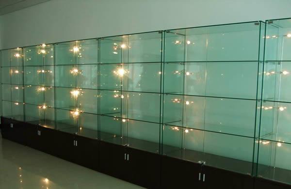 我们处在一个精神和物质同时高度发展的当代,所以现在涌现出了很多的艺术人才,也就因此会有很多相应的展览,画展、摄影展等等。除此之外在超市商场中我们见的最多的货品都是在玻璃展柜之内的,所以仔细回想一下就会发现其实在我们生活中玻璃展柜的作用还是非常大的。   玻璃展柜尺寸   珠宝玻璃展柜尺寸设计原则   1、销售对象的选定。大多数的站柜售货员是女性,那么女性的平均身高在158cm左右,如果柜台是1m的高度,当售货员和顾客沟通的时候,双手可以自然的放在柜台台面,宽度的话,身体倾斜20度左右拿到珠宝为佳。