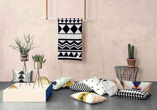五种不同款式北欧风格装修壁纸北欧风格印花壁纸   会有许多人认为,既然是北欧风格的家装,背景墙壁纸图案的选用就应该尽可能的简洁,甚至不需要图案而选用纯色壁纸。其实不然,若是搭配合理,花色繁复的壁纸用做背景墙一样是个不错的选择。印花壁纸是五种不同款式北欧风格装修壁纸最浪漫的一款,它能够瞬间搞定背景墙的装饰效果。   对于部分人而言,北欧风格的家居布置可能过于素净而有些冷清,这是可以在家居空间中增添些花纹元素。譬如印有抽象花纹的地毯,譬如说印有满墙类似花鸟图案的壁纸等。这是,背景墙壁纸上的图案需要与周边