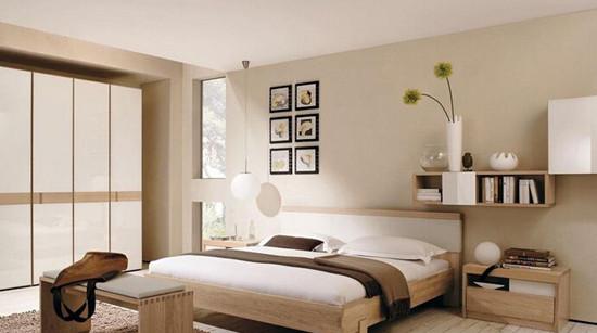 卧室是我们休息的地方,所以对于它的装修要多费一些心思。那么要想把卧室装修好,在颜色搭配上要注意什么呢?一号家居有一些案例为你提供参考哦! 卧室颜色要注意协调统一 卧室的色调主要是由墙面、地面、顶棚、窗帘、床罩几大块色彩构成的。除墙面、地面、顶棚的色彩要统一协调外,要特别注意窗帘、床罩的色彩。