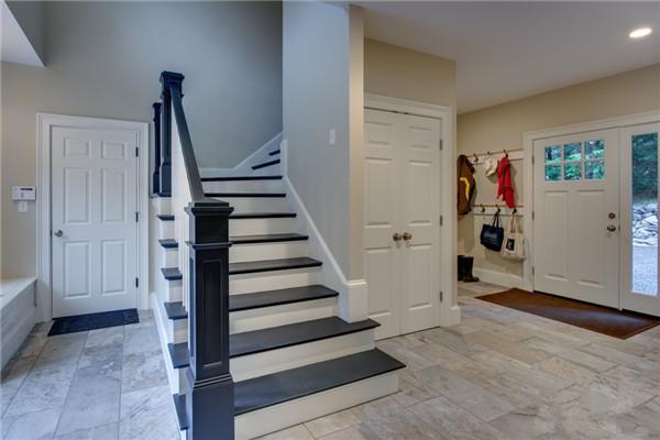 楼梯设计规范二   楼梯是有分类的,楼梯从设计的形式上看大概有三类。第一种是直梯,这种也是我们最常见的,也是最简单的一种,更加给人一种一意孤行的感觉,总体让人感觉比较生硬,直梯如果有平台也是能实现拐角的效果的。   第二种是户型梯,这种上下楼梯连接是通过曲线连接的,就不会给人直梯那种生硬的感觉,更加美观,这种弧形梯也可以做的很宽,而且行走起来也是比较舒服的。   第三种是旋梯,这种楼梯是占用空间最小的,而且是盘旋着上升的,给人一种蜿蜒的感觉,让人着迷。