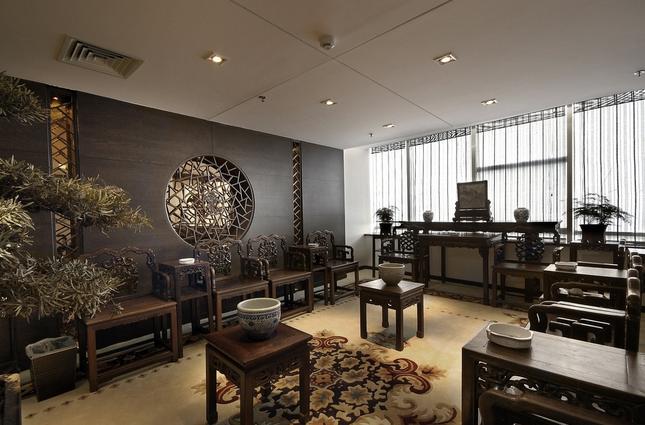 中式客厅家具   布置好了客厅的墙地面空间之后,就可以选择合适的客厅家具来装饰中式客厅。选择这些客厅家具的时候当然是要从家具的整体风格着手,比如说中式沙发、中式设计茶几和中式仿古设计电视柜等。作为客厅的主要家具,它们的风格一定要是能够搭配室内空间的,不能在风格上有较大的冲突。中式客厅家具在摆放的时候尽量以不妨碍走动和方便使用为原则,在放置中式仿古设计电视柜时候尽量靠墙,中式沙发和中式设计茶几之间的距离控制在一手臂的距离之内,这样的实用性更强。客厅家具就材质上来说,实木材质家具是更符合中式客厅要求的,而