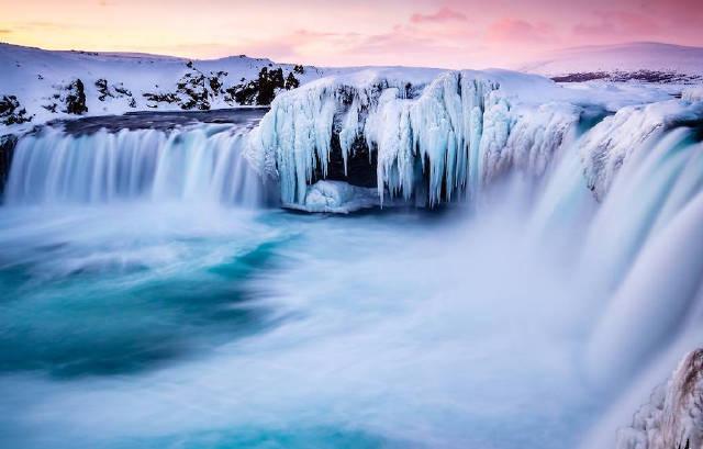 冰岛签证   旅行结束后需销签   冰岛是申根协议国家。中国公民赴冰岛须提前在冰岛驻华使馆、丹麦驻上海或广州总领馆办妥签证。持香港或澳门特区护照者可免签入境冰岛。具体可以关注我们的微信公众号进行咨询,Bingo团队同样提供冰岛签证代办服务。   签证小贴士   Tips for Visa   1、是否需要面签:需要面签。   2、建议办理时间:最多提前三个月。   3、签证费用:60欧。   4、签证流程:冰岛签证申请提交至北京的冰岛驻华大使馆或广州和上海的丹麦签证申请中心。冰岛签证处只会根据特定的情