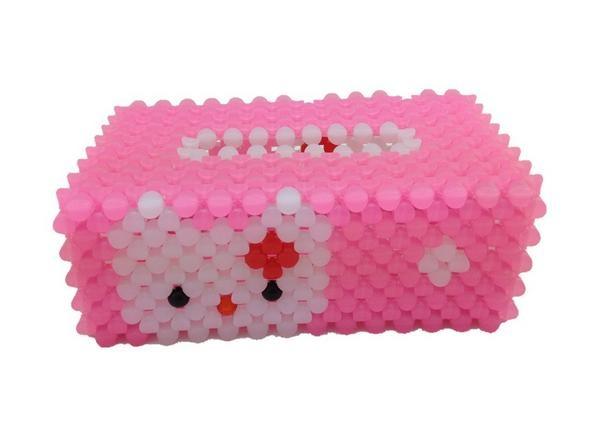串珠纸巾盒,一种用塑料珠子串起来的放纸巾的纸巾盒,外观靓丽精致,也可以当做工艺品,或者家庭装饰品。那么串珠纸巾盒教程和串珠纸巾盒怎么放纸?串珠纸巾盒怎么接线。一起来了解吧!    串珠纸巾盒价格   珠纸巾盒成品就几十块,要看成品的效果,色彩搭配等。   串珠纸巾盒材料   串珠纸巾盒材料   1、六号尼龙线,在串珠纸巾盒中用到的是六号尼龙线。尼龙线属于纤维线;   2、涤纶线,用涤纶长丝或短纤维制造,具有强度高、弹性好、耐磨、缩水率低、化学稳定性好;   3、锦纶线用纯锦纶复丝制造,分长丝线、短