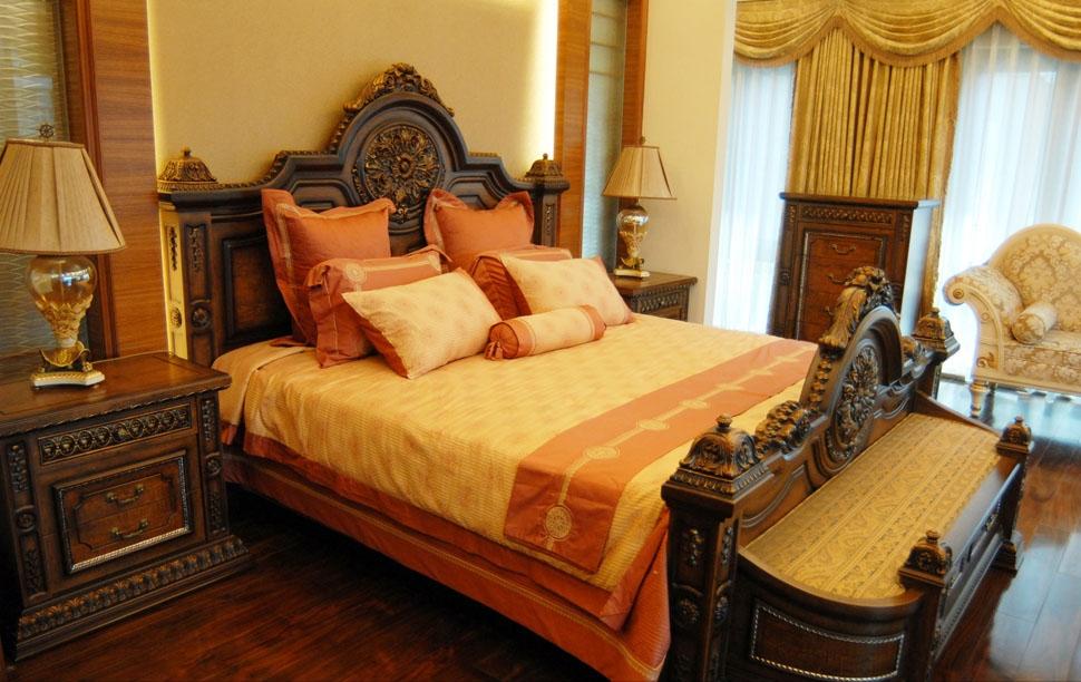 古典的韵味是陈年的佳酿,需要花时间来回味,有品味的经典需要一个嫁接的桥梁,这就是设计师出神入化的描摹。欧式古典风格在配饰上,金黄色 简欧 和棕色的配饰衬托出古典家具的高贵与优雅,赋予古典美感的窗帘和地毯、造型古朴的吊灯使整个空间看起来赋予韵律感且大方典雅,柔和的浅色花艺为整个空间带来了柔美的气质,给人以开放、宽容的非凡气度,让人丝毫不显局促。