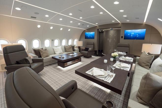 因为这些私人买家对飞机的要求非常严苛,厂商也可以根据客户的要求对飞机进行精心打磨,所以这些飞机上经常有一些创新设计,可被商业客机借鉴。比如飞机内新型的通讯设备,或是为了提高燃油效率的翼尖设计。图为飞机卧室,主卧床垫上系着大安全带,可以在飞机颠簸时保护乘客,房顶还有氧气罩。