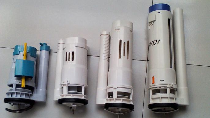马桶漏水的原因   1、一些生产厂家为了追求更多的利益开始生产成本,选用劣质材料造成进水阀出水口及进水管本身注塑时开裂,导致密封失败,水箱中的水经排水阀溢流管流入坐便器,造成长流水。   2、使水箱配件各机构在动作时产生干扰,导致漏水。比如水箱放水时浮球及浮球杆下落后影响翻板正常复位,造成漏水。还有浮球杆过长,浮球过大,造成与水箱壁间摩擦,影响浮球的自由升降,导致密封失效而漏水。   3、过分追求水箱配件小型化,致使浮球(或浮桶)浮力不够,当水淹没浮球(或浮桶)后,仍不能使进水阀关闭,使水不停地流进