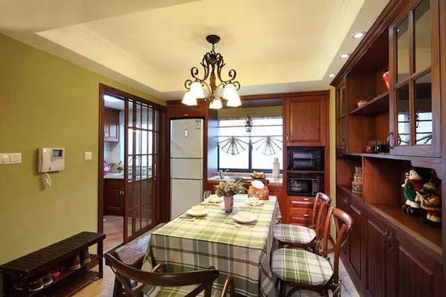 红木地板,床头柜,条纹状的壁纸,窗帘.相互对比.