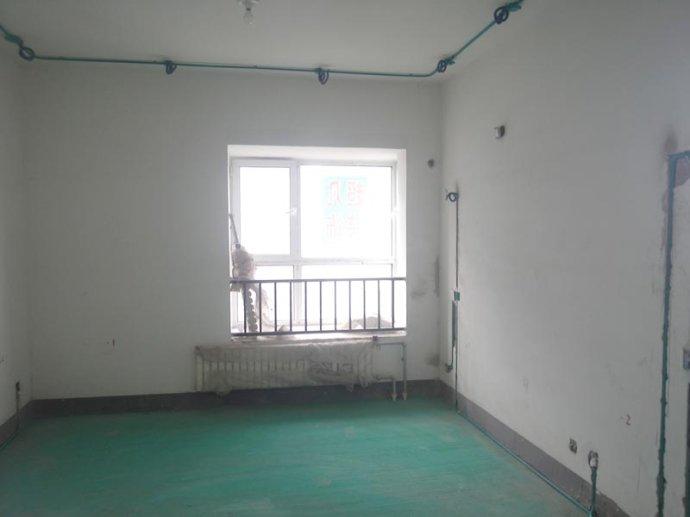 卧室的水电改造是一项很重要的工程,不可马虎大意。说到水电改造,首先要考虑的就是安全,其次才是个人风格。水路改造只在厨房和卫生间装修中需要,但水路改造至关重要,处理的不好,会造成家中地板积水,泡坏地板和家具,下面我们就一起来看看水路改造具体注意事项。    卫生间水路改造的内容比较多,洗面盆、马桶、浴缸和洗衣机的安装位置、是否需要热水管都要实现想好,地漏的下水道处理要到位,否则以后会造成返水现象。水表安装位置应方便读数,水表、阀门离墙面的距离要适当,要方便使用和维修。坐便器的进水出口尽量安置在能被坐便器