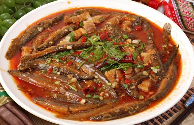 泥鳅肉质鲜美,营养丰富,富含蛋白质,还有多种维生素,并具有药用价值,是深受人们喜爱的水产佳品。如此营养美味的泥鳅怎么做好吃?那么这里就为大家推荐几款泥鳅的美食制作方法。    泥鳅的做法   泥鳅炖豆腐泥鳅加豆腐一起炖这样的效果挺不错的,而且豆腐也有吸收性,能有除腥的作用。   食材准备   泥鳅、豆腐、盐、葱、蒜、干辣椒、白酒、老抽、白糖、水淀粉、油。   方法步骤   1、将泥鳅宰杀去内脏洗净,豆腐切块用淡盐水浸泡备用。   2、炒锅倒油爆香葱姜蒜和辣椒。   3、倒入泥鳅翻炒,淋入白酒炒香。