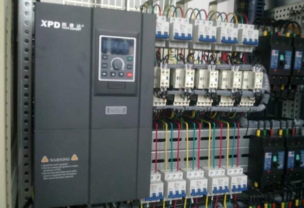 器接线图 变频器说明书       变频器是通过改变电源频率来改变电压的