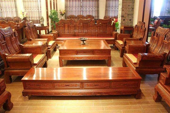 红木沙发比较大气,比较洋气,现在红木家具也是炙手可热的一种家具。红木家具始于明代。现代红木家具继承了明清古典家具的传统,保持了古代的优美造型和艺术风格;另一方面,又吸收了西方家具的特点,采用了较先进的科学技术。   红木沙发价格   红木沙发价格一:八九千   其实八九千算是比较便宜的红木沙发了,这种主要就是一般的红木沙发组合的价格。买一套红木沙发这个只能算是一般的红木沙发的价格。这种价位的红木沙发比较适合中低薪层的人们,这种红木沙发外形也是非常棒的色泽度也非常的好。   红木沙发价格二:一万多