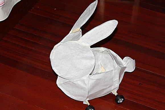 把孩子的废旧玩具车的轮子拆下来,制作出可以拖动的兔子灯笼底座
