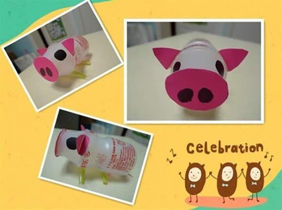 生活中每天都在不断诞生垃圾:牛奶盒、易拉罐、饮料瓶、包装箱是否想过把这些垃圾变成宝宝的玩具呢?养乐多瓶子手工制作玩具的创意,废旧物品再利用,既经济实惠,又节能环保,快来学起吧!    先来看看养乐多瓶子做成的小动物作品。   创意1:养乐多瓶子制作小猪   在卡纸上剪下小猪的鼻子、耳朵和眼睛,黏贴在养乐多瓶子上,再将吸管弯折后做四肢,还可以粘一段猪尾巴,养乐多小猪就做好啦!