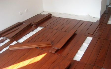 安装 实木地板究竟如何铺设                 铺装地板的方法有很多种