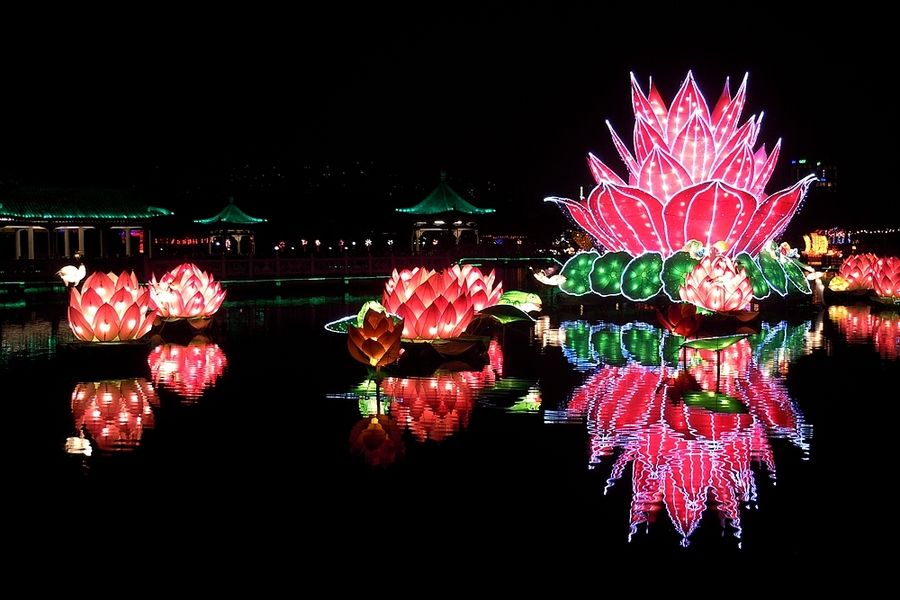 莲花灯是一种汉族民俗和民间宗教活动用品。因灯形似莲花,故名。佛教各种灯种之一,观音大士专用,佛光普照,莲花灯照亮每个人的心,普照全天下。莲花灯倾注着汉族劳动人民的朴素情感并以其独特的艺术思维浓厚的生活气息,神奇瑰丽的色彩纯真质朴的艺术境界,焕发出现代汉族民俗艺术的独特光彩。   莲花灯,造型似莲花,佛教灯种之一,观音大士专用,寓意驱除黑暗,智慧照亮人生,更深的意思它代表燃烧自己,照耀别人。莲花灯在中国民间传统节日里,有闹花灯的习俗,指祭奠先人之意。