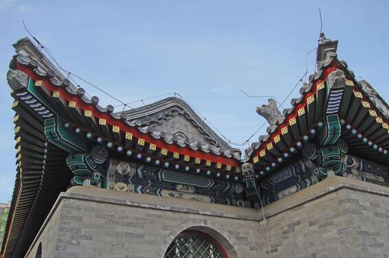 古建筑是指具有历史意义的古代民用和公共建筑以及包括民国时期的建筑,在中国一些古老及旅游城市还留存着大量的古建筑,要从发展的角度来看待以及保护古代建筑和文化遗产;做到既让古代文化保存于世,也让部分古代文化遗产产生利用价值。   虽然一些古代建筑离现在很遥远,但是其中的文化依然值得学习借鉴,作为是炎黄子孙,建筑文化也是其中的一部分,不仅要把现代的建筑文化传承下去,更要吸收古建筑中的营养。    古建筑结构   框架式结构   这是中国古代建筑在建筑结构上最重要的一个特征。因为中国古代建筑主要是木构架结构,
