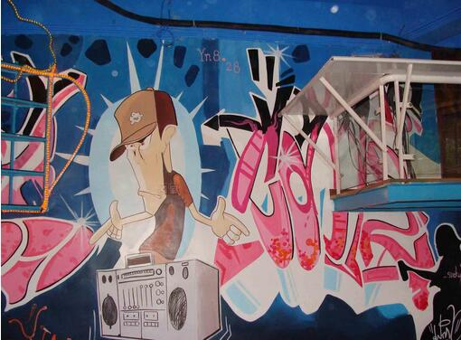 墙体绘画简称为墙绘,墙绘分为几种材料制作。普通墙绘是在已经做完墙漆的墙面上,使用丙烯颜料在墙面上绘制图案形成的。具体是在装修墙面基层处理完毕后,先刷墙漆,再用铅笔先在墙面上打草稿,用排笔或普通毛笔在墙面上勾勒图案框体,然后根据自己的喜好上色彩就好了,等丙烯颜料干透后就完成了墙绘制作。    墙体绘画多少钱   开关插座装饰画:单色20元 三色40元 复杂多色60--100元   花卉、藤蔓;卡通造型等,单色,剪影效果:100元/平米   花卉、藤蔓;卡通造型等,三色,淡雅效果: 150元/平米   花