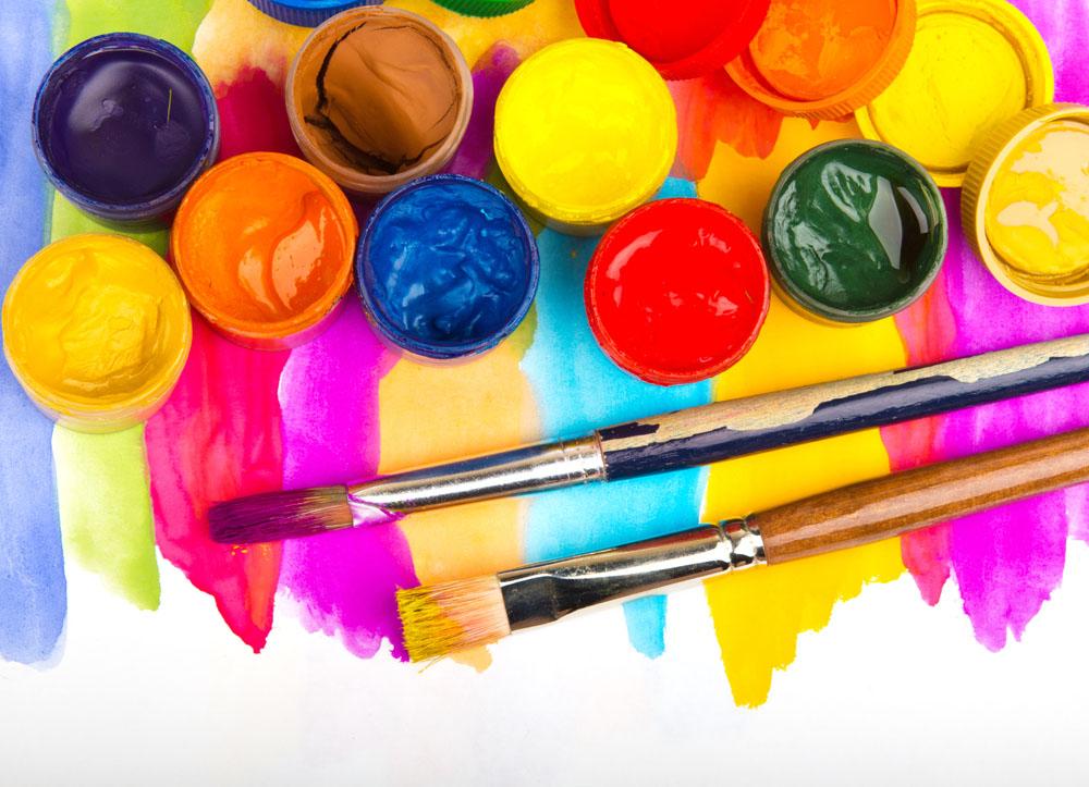 油漆工程的施工流程不是很复杂,按照以下步骤就能够规范的完善油漆施工,并且只要业主掌握了以下知识对于油漆工程的验收也不成问题。    一、油漆施工流程   1、油漆必须选用优质漆品。施工时,清洁现场,尽量减少人员活动及有粉尘工序进行。   2、检查清理基层,可用400#砂纸轻轻打磨表面毛刺,用干净毛巾清洁,检查面板表面有无污迹、破损方能使用。   3、所有面板及线条均应在做了透明腻子及一遍底漆后方能使用。基材清洁后,上透明腻子,根据面板类型,可刷涂或直接刮涂,透明腻子刮涂2次,涂好4小时干后打磨,腻子以
