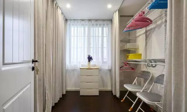 除了卧室,这里还是衣帽间,用布帘做遮挡,柔软又灵活.图片