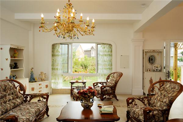木质沙发,彩瓷装饰品