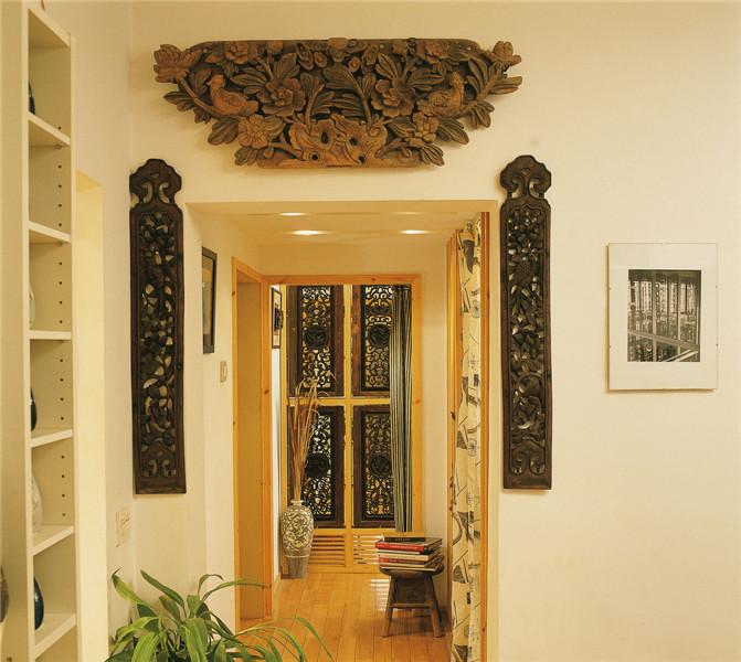 走道这边的木质墙壁装饰是特别有特色的地方.