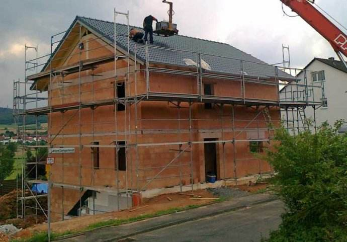 什么是砖混结构 框架结构比砖混结构在哪       砖混结构是指建筑物中