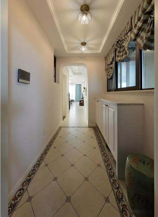 柜子采用e0级实木木工板制作,配上白色漆面,入户地面瓷砖采用边线