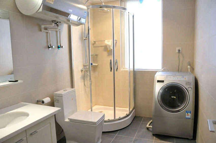 (2)卫生间最好布置在家居的最里面,因为这里的通风效果好,能够保持卫生间的干净,还能及时的排净污秽之气,你还可以放置一些吊兰等可以净化空气的植物。一定不要把卫生间布置在住宅中间,否则给家人带来健康的损害就不是那么简单的了。   (3)卫生间里的马桶和镜子不能相对,这样会让进入的人表现出精神紧张的状态,造成健康上的隐患。在卫生间位置风水中它的内部结构也要多加注意,否则就算你打造出了一个好位置,一样不会带来一个好风水。还有就是,洗浴的地方和马桶也要远离,如果地方稍微小的话就可以用玻璃或者布帘进行隔断,这样