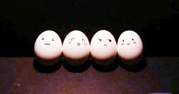 好玩的鸡蛋画作品欣赏,用食用色素作为颜料,完全不影响食用!简单给鸡蛋画上喜欢的卡通图案,并配上简单日用品作为道具,仿佛鸡蛋们就开始演绎它们的生活   胖乎乎的鸡蛋熊猫,是不是很可爱?!    迎来清晨的阳光,嗯,生活真美好~    中间有美女欸,激烈的明争暗斗开始啦~    夜幕下,两个蛋的浪漫时刻。    春天到、户外游!