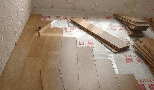 家庭装修地暖上面铺地板还是地砖,关于地暖上到底是铺地板仍是地砖?即是拿不定主意,有人说地板砖导热快,即是万一地暖管子坏了,还得砸砖,铺木质地板吧,便利吧,即是导热慢,取暖作用不如地板砖来的快。所以这个世纪难题又使纠结星人犯难了,所以地暖上到底是铺地板好仍是铺地砖好呢?