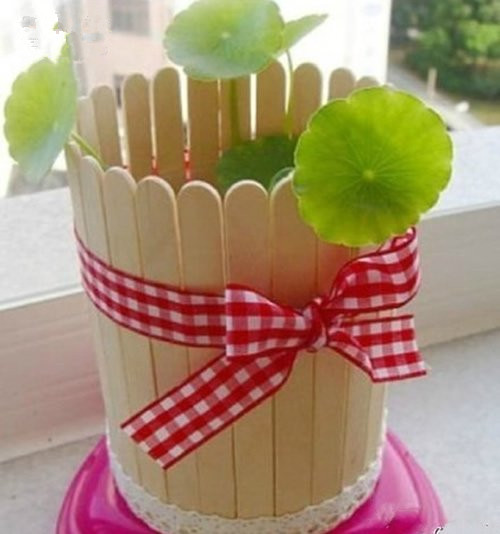 用雪糕棍做的小手作,总是会给人带来一份惊喜,就比如下面要分享给大家的这组作品。花盆、笔筒、椅子、沙发、笔筒,全部用雪糕棍DIY而成,非常可爱!    雪糕棍、蕾丝和缎带做的花盆    田园风雪糕棍收纳架子    雪糕棍做的椅子,结构绝不偷工减料    漂亮的雪糕棍沙发    四四方方的雪糕棍笔筒   你一定想不到雪糕棍也能够diy这么多的作品吧!