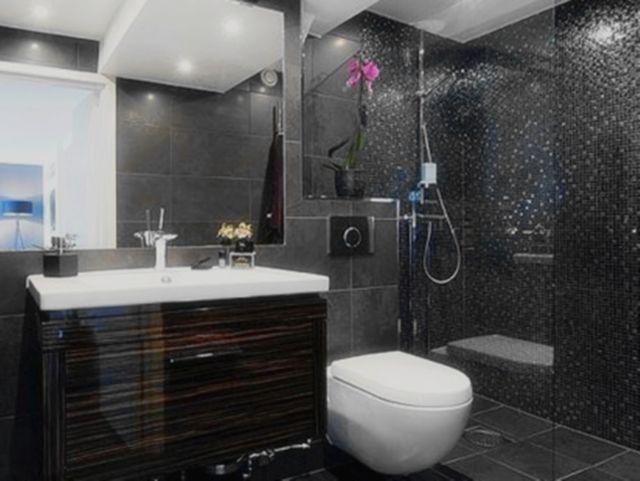 洗手台的设计非常的节约空间,洗手台的下水管道隐藏在黑色卫浴柜后面