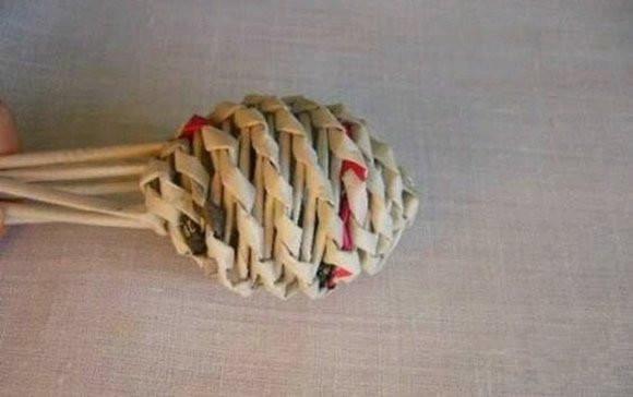 手工diy:废旧报纸编球的方法 编织球用报纸diy制作