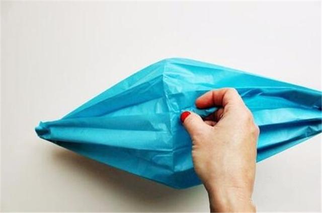 1,手工灯笼制作方法第一步:           1,材料准备:硬彩纸,剪刀,瓦楞